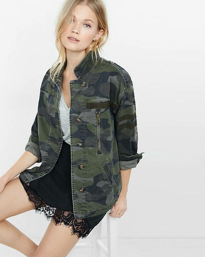 veste-d'-été-femme-vert-militaire-portee-avec-une-jupe-en-dentelle-noire-resized