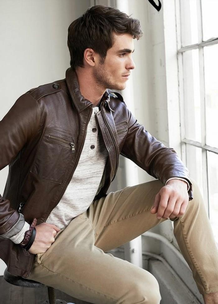 veste-en-cuir-homme-pantalon-beige-coiffure-homme-chic-blouse-beige