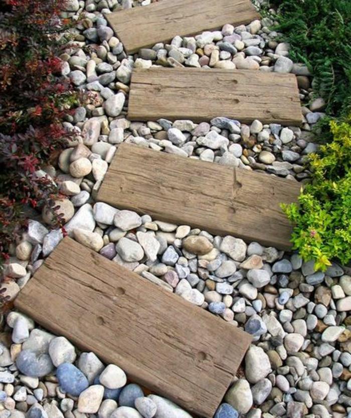 0-allée-gravier-exterieur-jardin-sol-en-planches-en-bois-clair-faire-une-allée-en-gravier