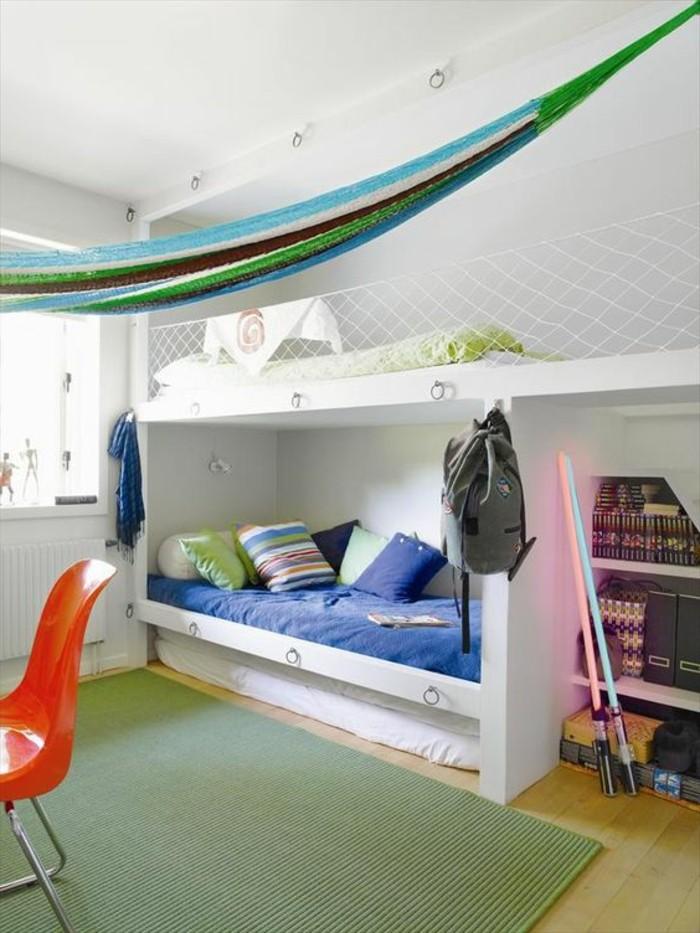 0-amenagement-chambre-ado-garcon-tapis-vert-sur-parquet-clair-lit-superposé-en-bois