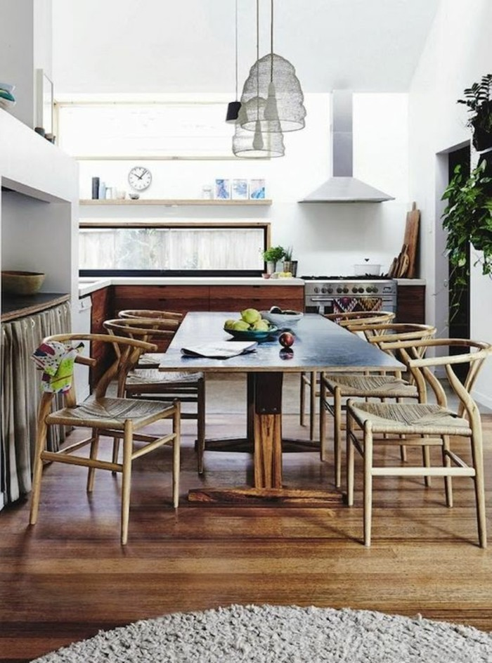 0-chaises-en-bois-clair-design-scandinave-déco-salle-à-manger-sol-en-parquet-tapis-beige-rond