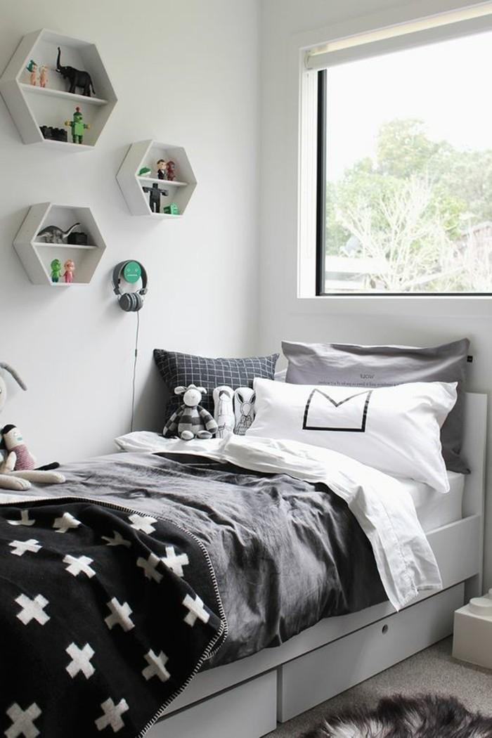 0-couverture-de-lit-gris-coussins-sur-le-lit-decoration-murale-avec-etagere-murale