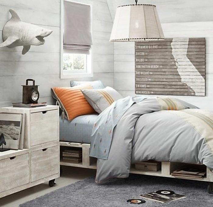 0-deco-chambre-ado-couverture-de-lit-grise-coussins-sur-le-lit-palette