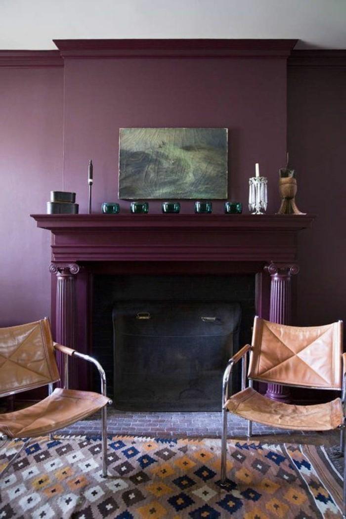 0-idée-déco-pas-cher-appartement-chaises-en-cuir-marron-cheminée-mur-violette