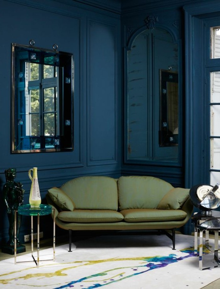 0-idée-déco-pas-cher-murs-salon-en-bleu-foncé-canapé-vert-foncé-tapis-beige-clair