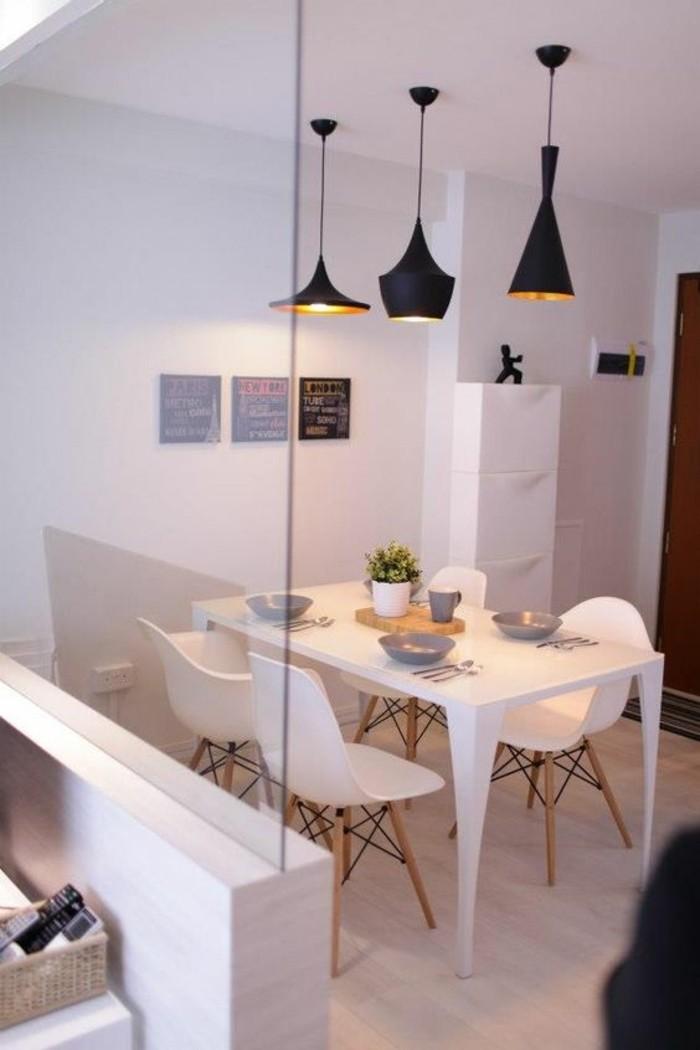 0-idée-déco-récup-decoration-murale-dans-la-salle-à-manger-chaise-blanches-plastique