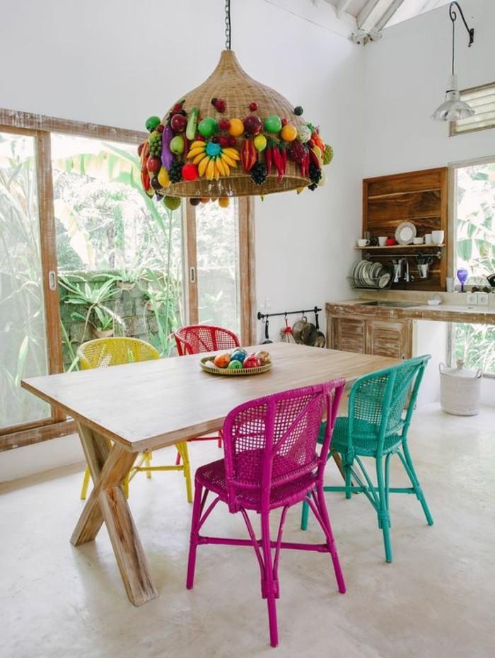 0-idée-déco-récup-table-en-bois-clair-lustre-en-rotin-avec-decoration-idée-déco-chambre