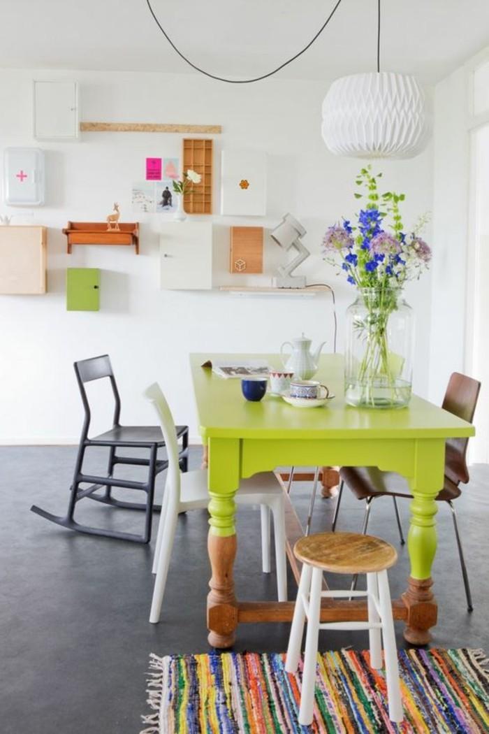 0-idée-déco-récup-table-salle-a-manger-pas-cher-en-bois-peint-en-vert-fleurs-chaisebercante