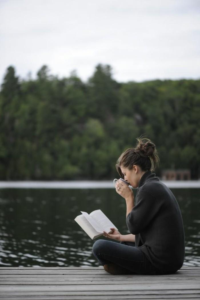 0-les-best-sellers-livres-a-lire-avant-mourir-femme-assie-pres-de-la-lac-quoi-lire