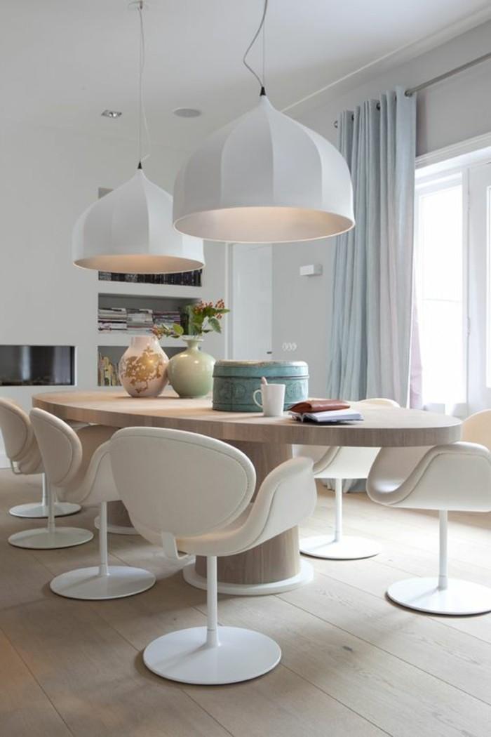 0-magnifique-table-en-bois-clair-chaises-en-plastique-blanc-sol-en-parquet-clair-lustres-blancs-design