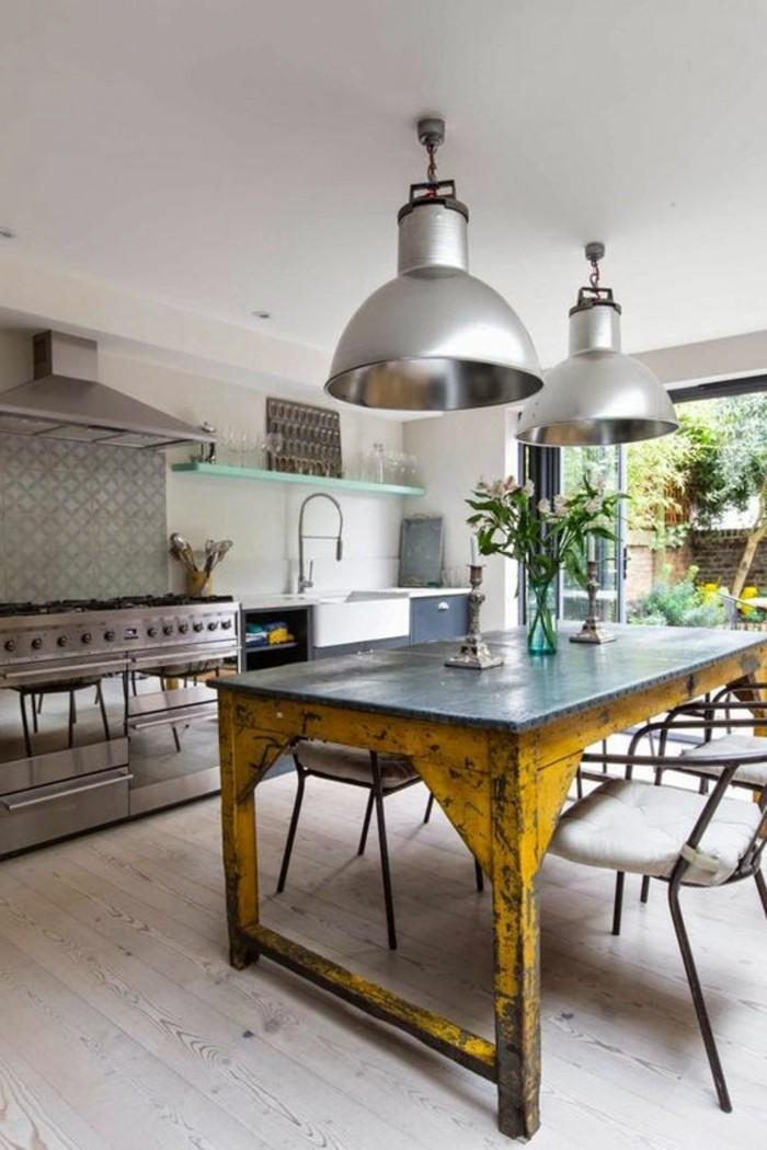 0-parquet-clair-beige-table-en-bois-retro-en-jaune-lustre-en-fer-chaises-en-fer
