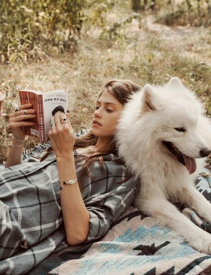 0-quoi-lire-cet-ete-les-livres-les-plus-vendus-pour-2016-chemise-grise-femme
