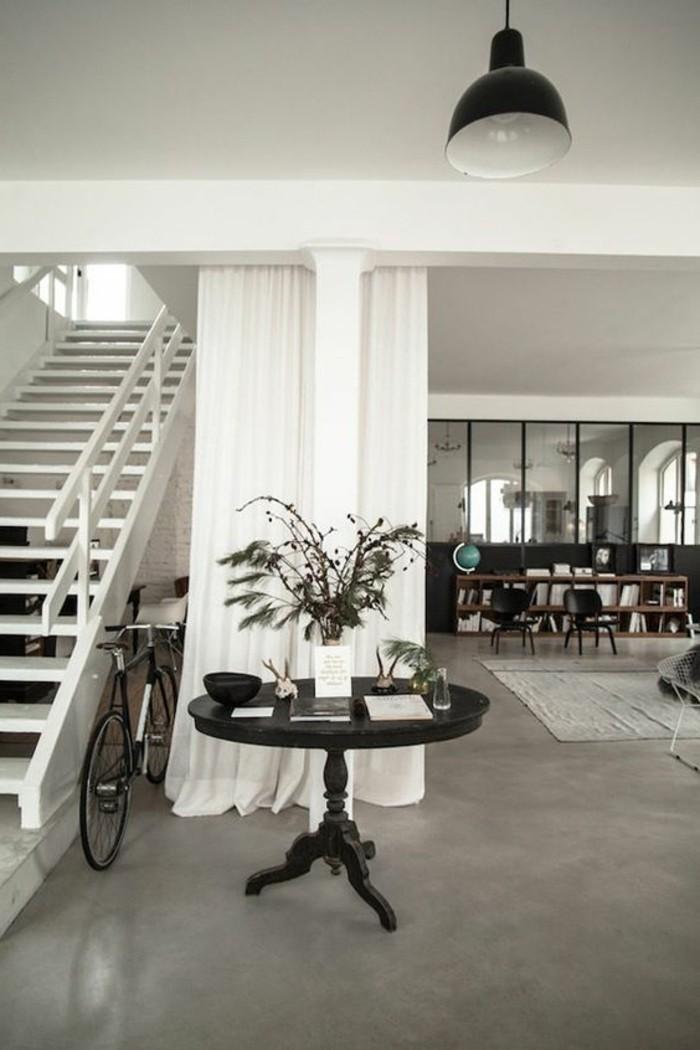 0-séparation-de-pièce-amovible-rideau-blanc-sol-en-beton-ciré-escalier-d-interieur-blanc
