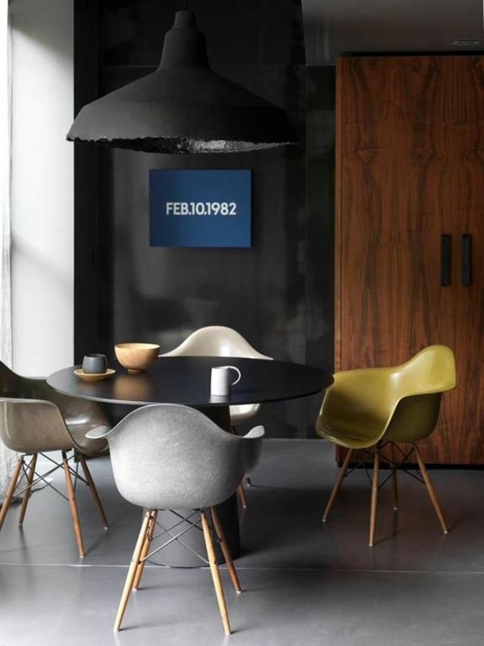 chaises en plastique coloré, originale table de cuisine ronde en bois