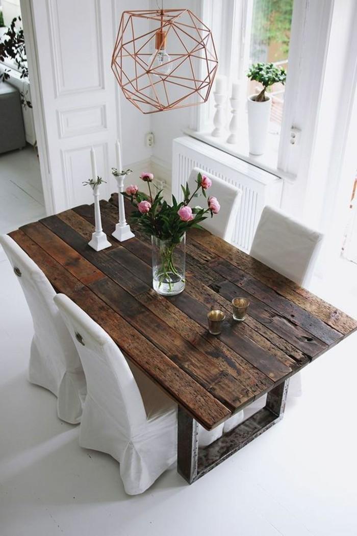 0-table-en-bois-brut-bois-foncé-chaises-beiges-interieur-idée-déco-chambre