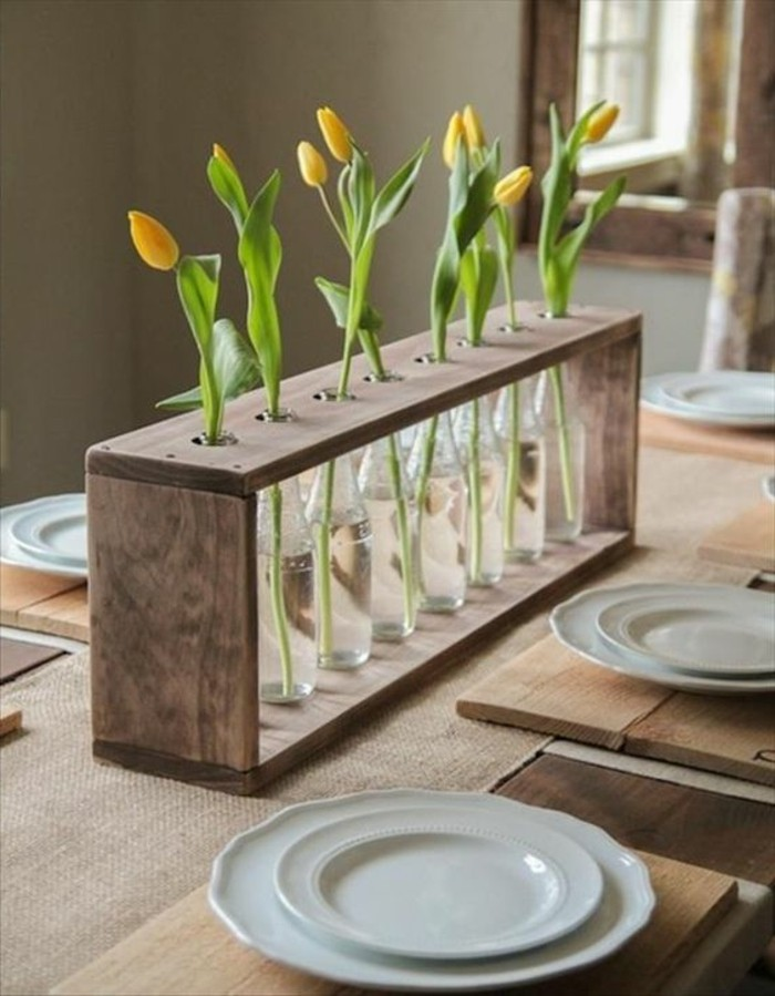 0-table-en-bois-clair-decoration-avec-fleurs-déco-industriel-pas-cher-idée-déco-récup-pour-table-a-manger