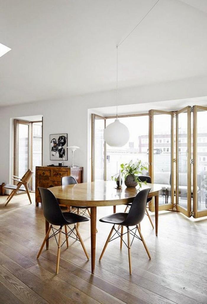 0-table-en-bois-clair-table-laquée-chaises-en-plastique-noires-table-a-manger-extensible