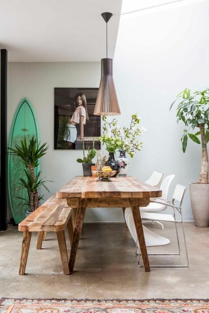 00-déco-salle-à-manger-avec-fleurs-sur-la-table-meubles-en-bois-clair-idée-déco-chambre
