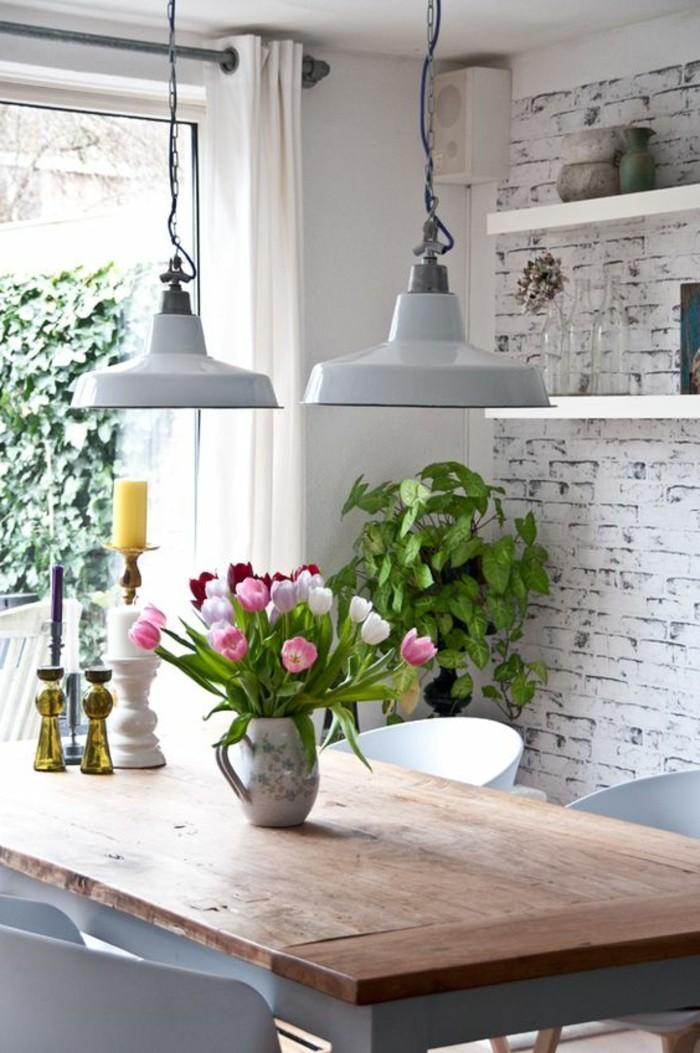 00-idée-déco-chambre-avec-fleurs-tulipes-colorés-table-en-bois-naturel-idée-déco-récup