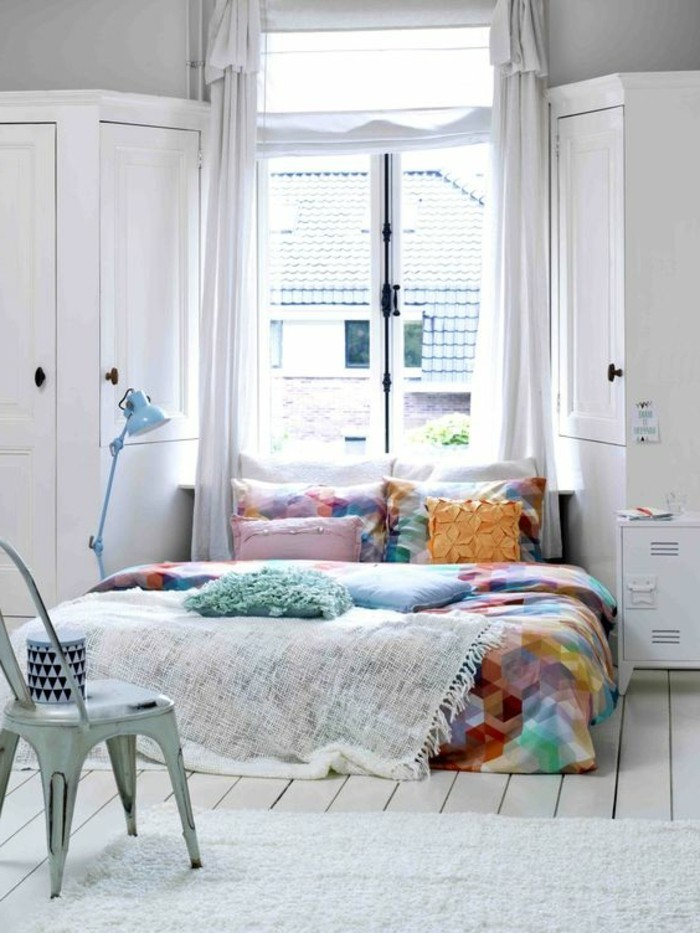 00-la-plus-belle-conforama-chambre-fille-tapis-blanc-sol-en-palnchers-beiges-couverture-de-lit-colorée