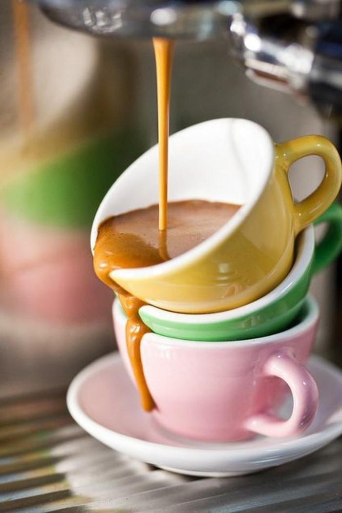00-recette-cappuccino-maison-faire-mousser-le-lait-à-la-maison-verres-colorés