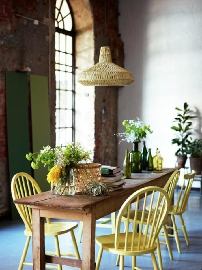 00-table-en-bois-naturel-fleurs-sur-la-table-chaise-en-bois-jaune-lustre-en-rotin