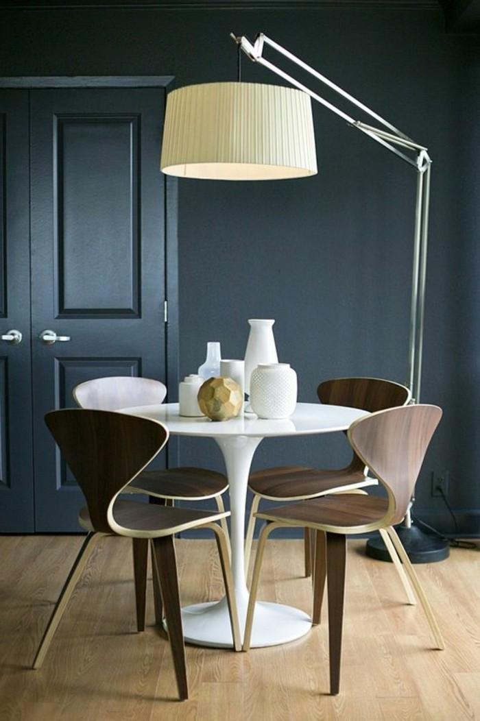 1-chaise-design-chic-en-bois-foncé-parquet-clair-table-tulipe-balche-en-plastique
