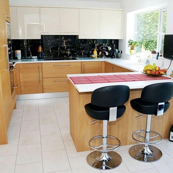 1-cocooning-cuisine-chaises-hautes-noires-sol-en-carreaux-blancs-sol-en-carrelage-blanc-meubles-en-bois-clair