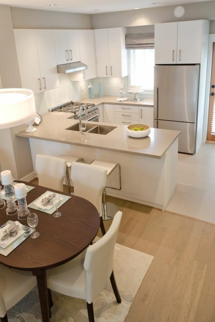 1-cuisine-en-u-avec-bar-sol-en-parquet-clair-chaises-en-cuir-beige-sol-en-parquet-clair