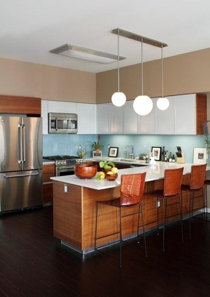1-cuisine-integree-cuisine-avec-bar-haute-et-chaises-hautes-en-cuir-marron-lampes-design-boule