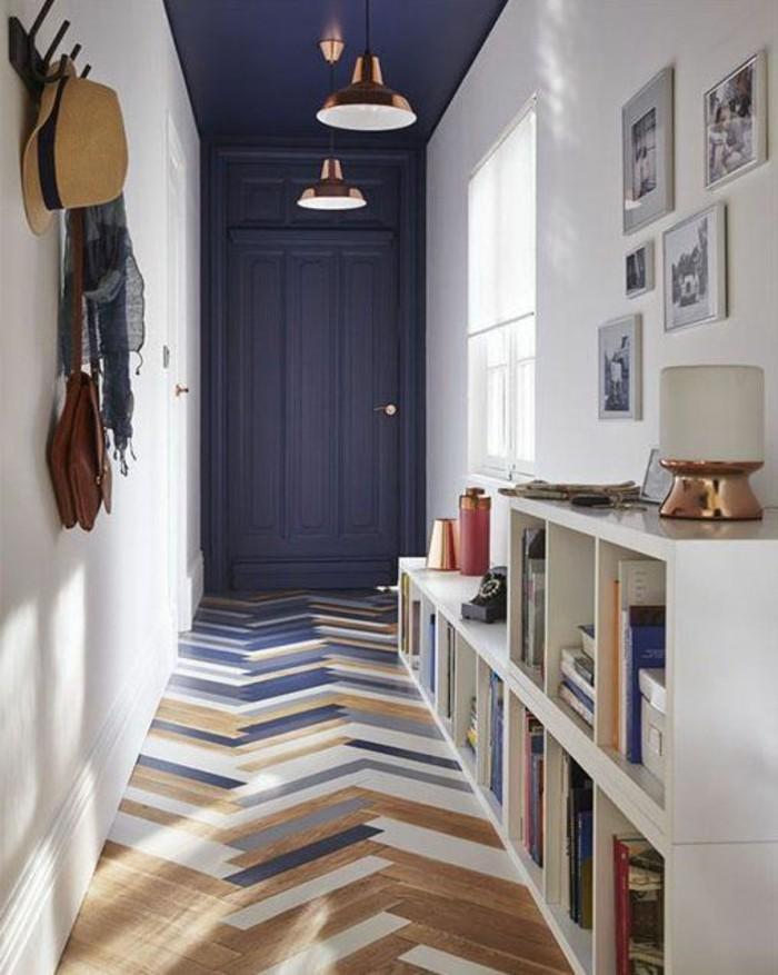 1-decoration-couloir-parquet-en-bois-clair-plafond-porte-en-gris-foncé