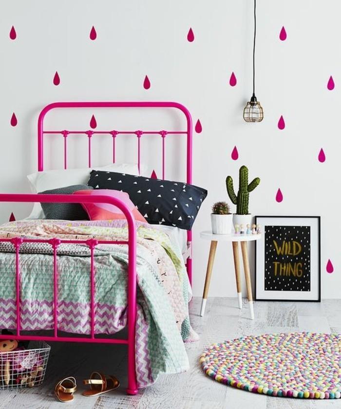 1-idées-pour-la-chambre-d-ado-papier-peint-blanc-dessin-chic-tapis-rond-coloré