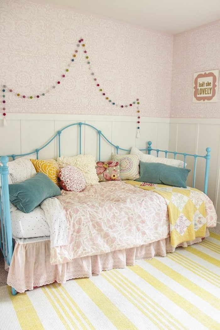 1-idées-pour-la-chambre-d-ado-tapis-en-blanc-et-jaune-lit-en-fer-bleu-clair
