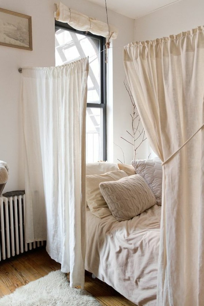 1-idee-meubler-un-studio-en-beige-tapis-blanc-sol-en-parquet-clair-fenetre-grande
