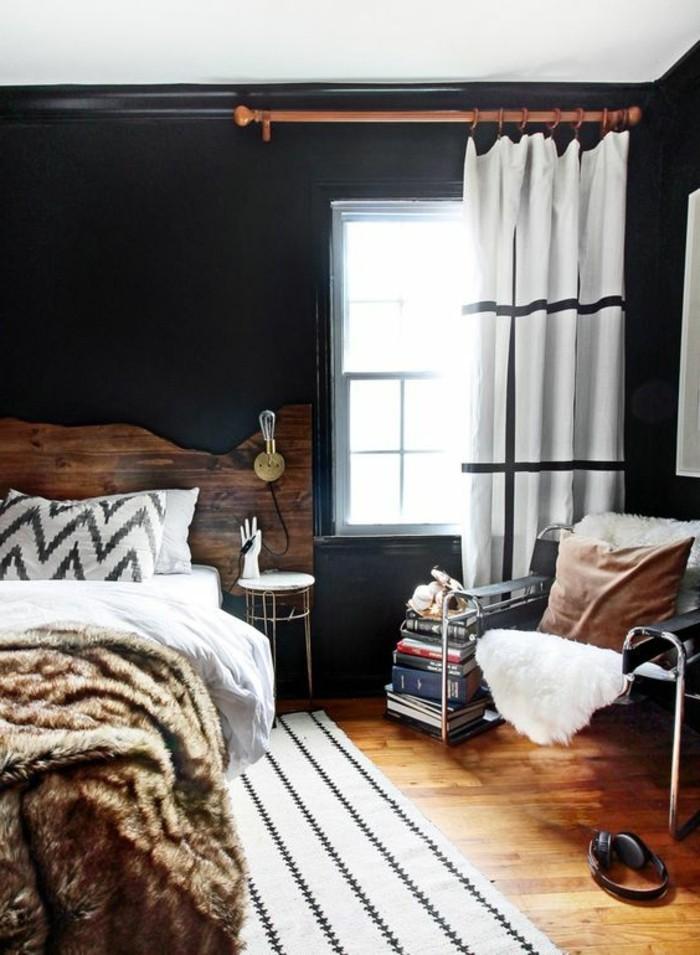 1-meubles-en-bois-brut-dans-la-chambre-d-ado-garçon-tapis-beige-noir-gros-coussins-sur-le-lit