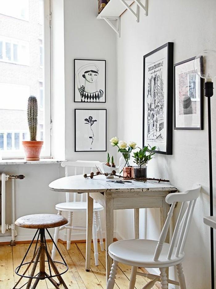 1-originale-table-de-cuisine-ronde-en-bois-chaises-blanches-sol-en-planchers-clairs