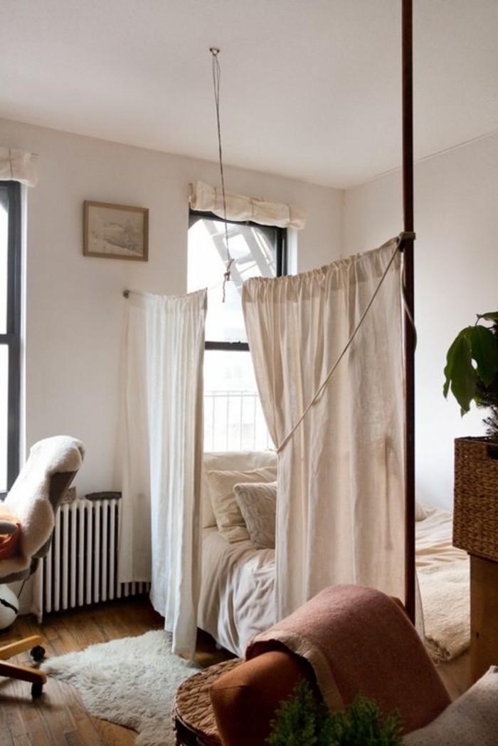 1-rideau-séparation-chambre-tapis-en-fourrure-beige-murs-beiges-chambre-a-coucher