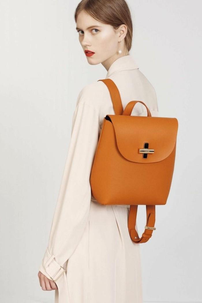 1-sac-a-dos-tendance-sac-a-dos-femme-cuir-marron-clair-chemise-longue-beige