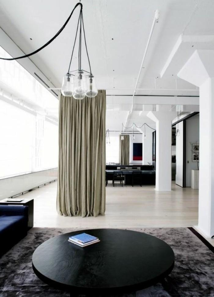 1 salon chic tapis gris canape bleu fonc - Idee Separation Studio