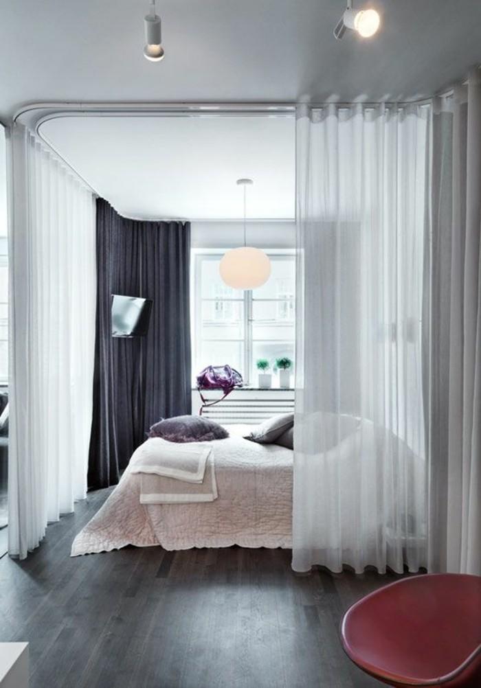 1-sol-en-parquet-gris-foncé-chambre-a-coucher-chic-chaise-rose-foncé-cloison-amovible-ikea-pas-cher