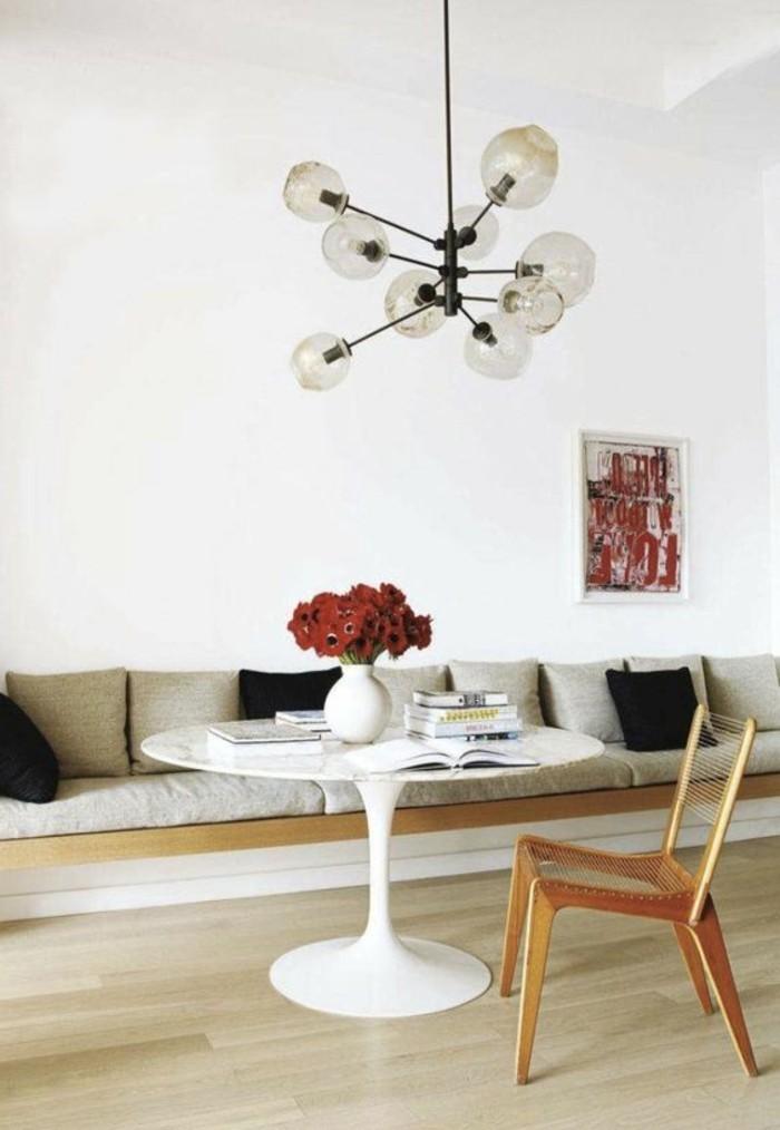 1-table-de-cuisine-ronde-avec-plateau-en-marbre-fleurs-sur-la-table-rouges