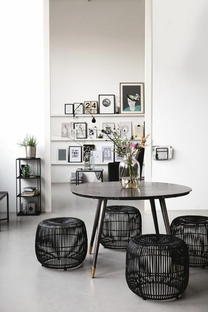 1-table-de-cuisine-ronde-en-bois-foncé-chaises-basses-en-rotin-noir-fleurs-table-ronde