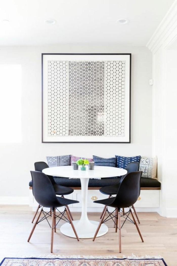 1-table-originale-tulipe-blanche-chaise-noire-sol-en-parquet-clair-tapis-coloré-peinture-murale
