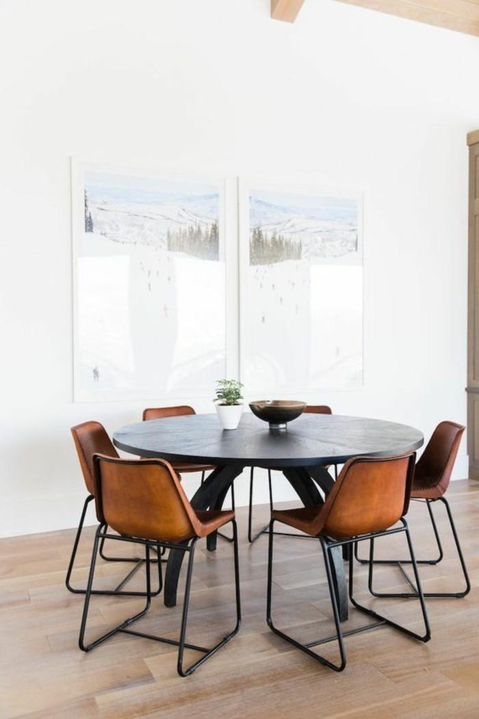 1-table-ronde-noire-chaises-en-cuir-sol-en-parquet-clair-murs-blancs-salle-de-sejour