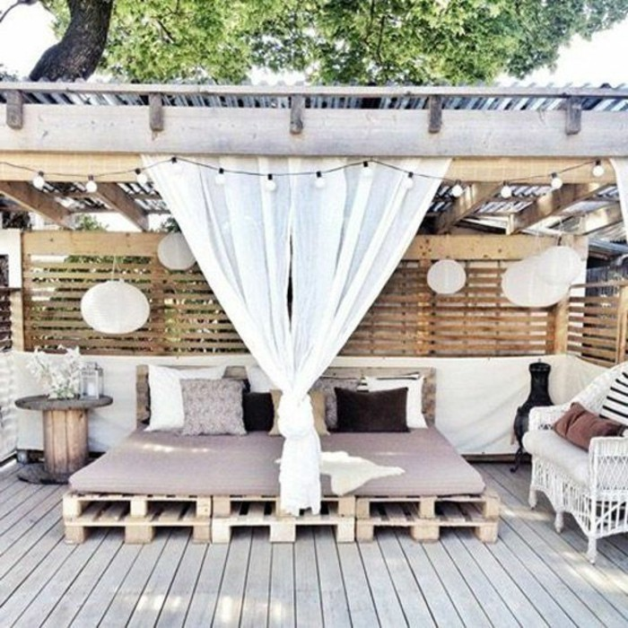 comment amnager une grande terrasse top un parterre de plantes exotiques est plant dans une. Black Bedroom Furniture Sets. Home Design Ideas