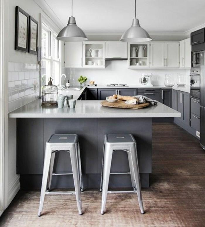 3-cuisine-en-u-avec-bar-chaises-hautes-en-fer-gris-sol-en-bois-foncé-lampes-de-cuisine-en-fer