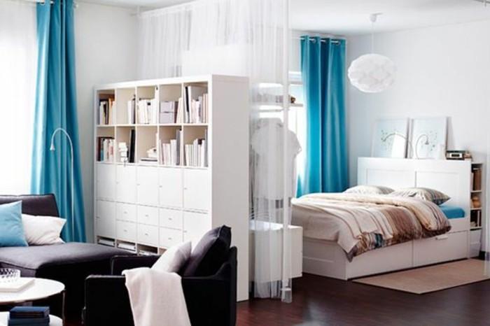 3-deco-studio-20m2-aménager-un-studio-en-blanc-et-bleu-sol-en-parquet-foncé-rideaux-doubles