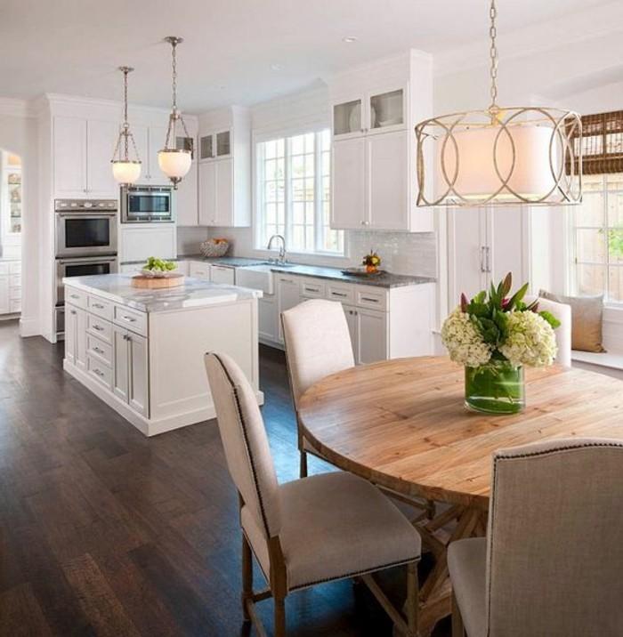 3-salle-a-manger-table-en-bois-clair-parquet-marron-foncé-muebles-de-cuisine-blancs