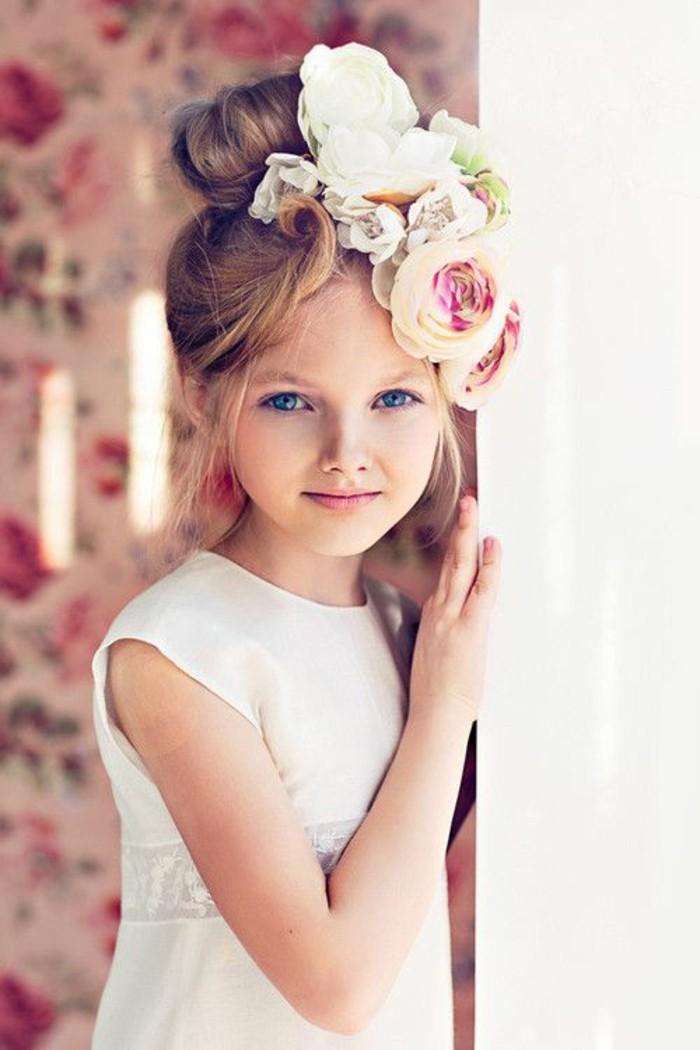 adorable-chignon-petite-fille-mariage-idée-fille-trop-jolie
