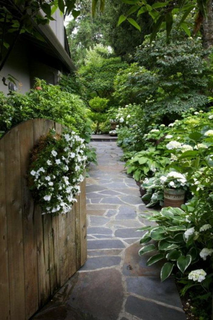 allee-avec-pierres-d-exterieur-maison-rustique-avec-joli-jardin-allee-en-dalles-pierres